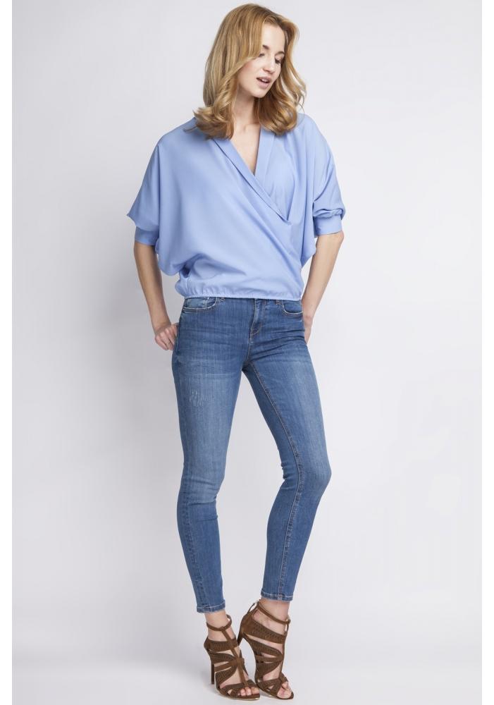 Bluza albastra lejera parte peste parte Carol
